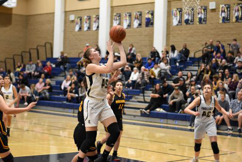 Grace Gentry (12) positions herself to make a basket during Tuesday's Senior Night game against Mission Viejo High School. Gentry finished with 14 points as the Stalli上s beat the Diablos 通过 a score of 59-27.